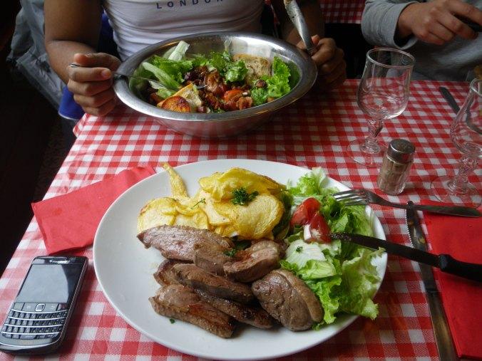 Magret de canard (et au fond, une salade lardons-chèvre)