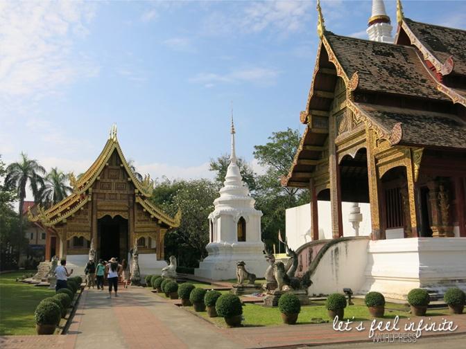 A gauche le Wihan Lai Kham, à droite l'ubosot