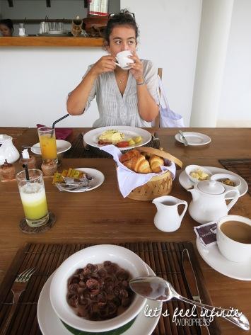 Mood devant notre copieux petit déjeuner