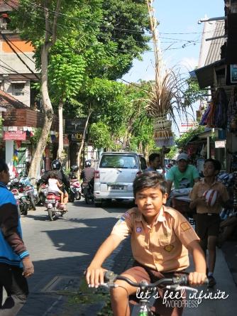 Kuta - Ecolier à vélo dans Jalan Pantai Kuta