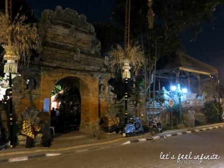 Palais d'Ubud - façade extérieure, de nuit.