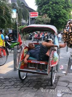 Yogyakarta - Monsieur qui dort dans son tuk tuk