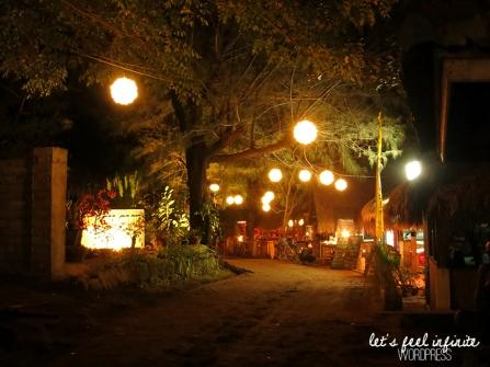 Gili Air la nuit, illuminée par des lampions.