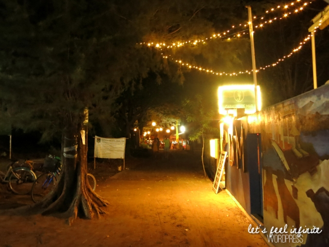 Chemin de Gili Air la nuit, illuminé par des guirlandes lumineuses.
