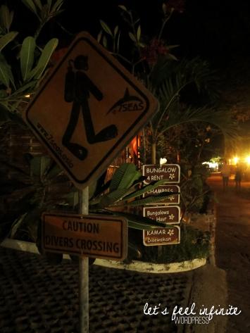Panneau Attention aux plongeurs à Gili Air la nuit