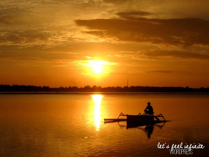 Silhouette d'un bateau devant le coucher de soleil sur l'île de Gili Air