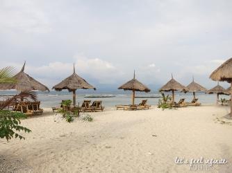 Parasols et transats sur la plage de Gili Air