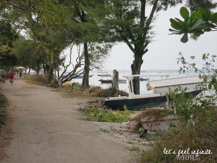 Chemin en bord de mer à Gili Air.