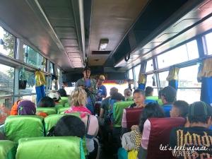Bus indonésien roulant de Java à Bali