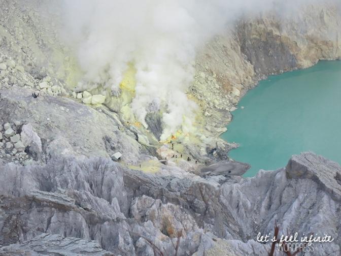 L'extraction du soufre dans le cratère de Kawah Ijen à deux pas du lac acide