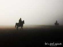 Cavalier dans la brume au pied du Mont Bromo