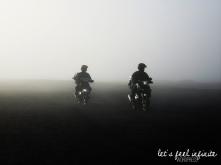 Motos dans la brume au pied du Mont Bromo