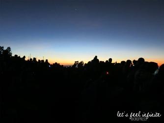 Touristes attendant le lever de soleil au viewpoint Pananjakan du Mont Bromo